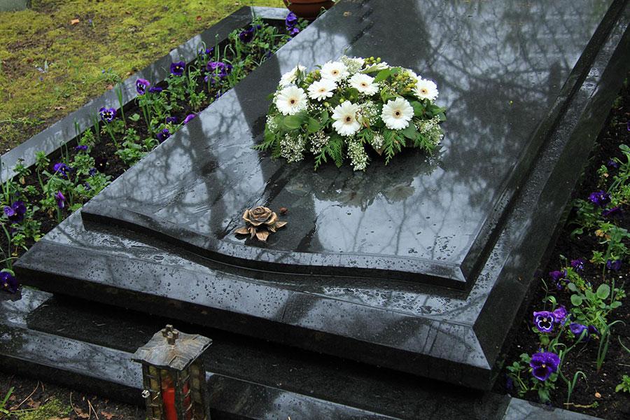 ataúd con flores en un funeral