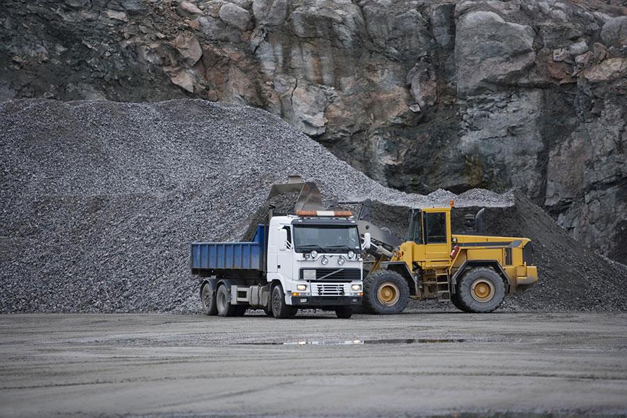 camiones en mina de pozo